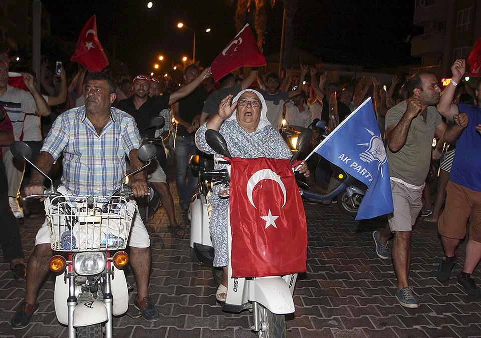 Жители курортного города Мармарис празднуют провал военного путча.