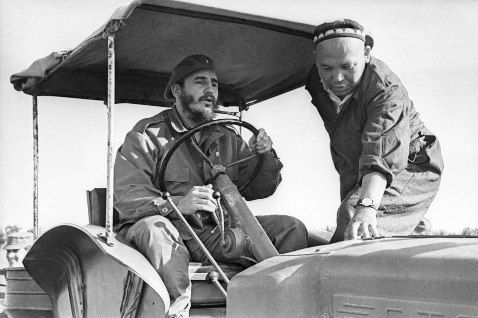 """Лидер кубинской революции за рулем трактора на хлопковой плантации колхоза """"Кзыл Узбекистан"""""""