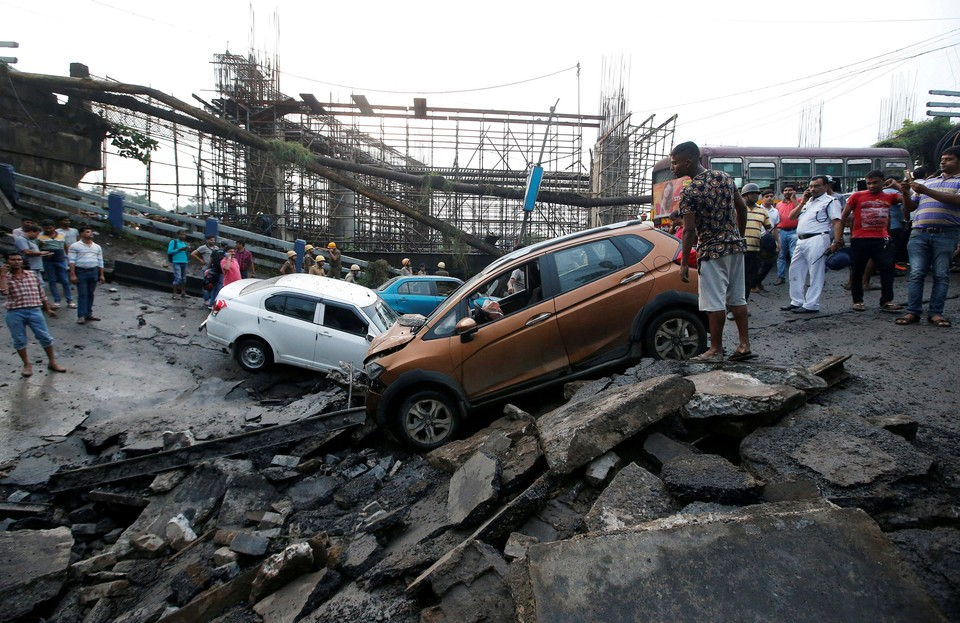 Не менее пяти человек погибли в результате обрушения моста в индийской Калькутте. По предварительным данным, мост обрушился из-за подтопления, вызванного дождями.