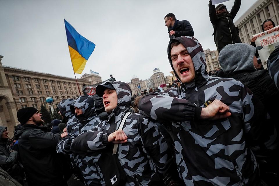 Активисты «Национального корпуса» устроили акцию протеста в центре Киева, на которую собрались около двух тысяч человек, недовольных действующей властью