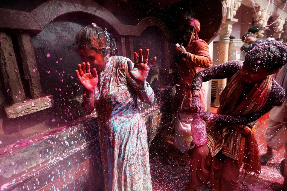 В штате Уттар-Прадеш в Индии отмечают праздник весны - Холи. В этот день люди веселятся и обсыпают друг друга красками