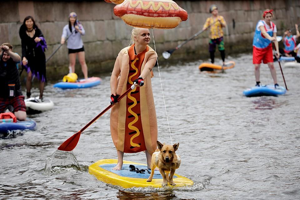 По рекам и каналам Петербурга проплыли около тысячи сапсерферов. Фестиваль «Фонтанка-SUP» уже в четвертый раз собирает в гранитных берегах любителей доски и весла