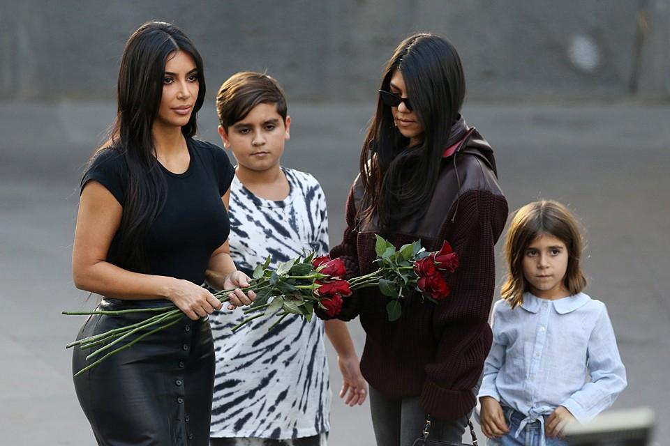 Ким и Кортни Кардашян посетили мемориальный комплекс Цицернакаберд в Ереване, посвященный жертвам Геноцида армян 1915 года