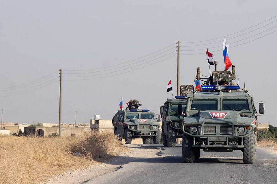 """Российские военные полицейские на бронеавтомобилях """"Тигр"""" впервые организовали патруль в городе Мембидж в восточной части провинции Алеппо."""