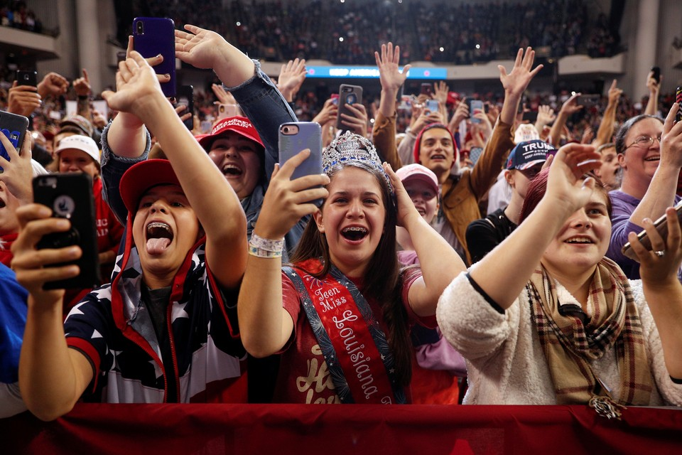Сторонники Дональда Трампа приветствуют президента США на мероприятии в штате Луизиана.