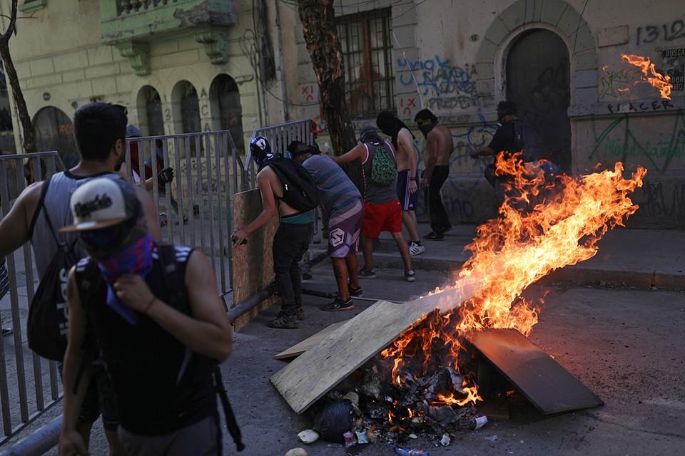 В Чили продолжаются массовые акции протеста и погромы. Общество продолжает высказывать свое недоверие нынешним властям