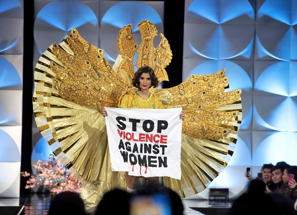 Представительница Бразилии на конкурсе «Мисс Вселенная», который проходит в американской Атланте,  вышла на подиум с плакатом «Остановить насилие в отношении женщин». Финал конкурса красоты пройдет 8 декабря.