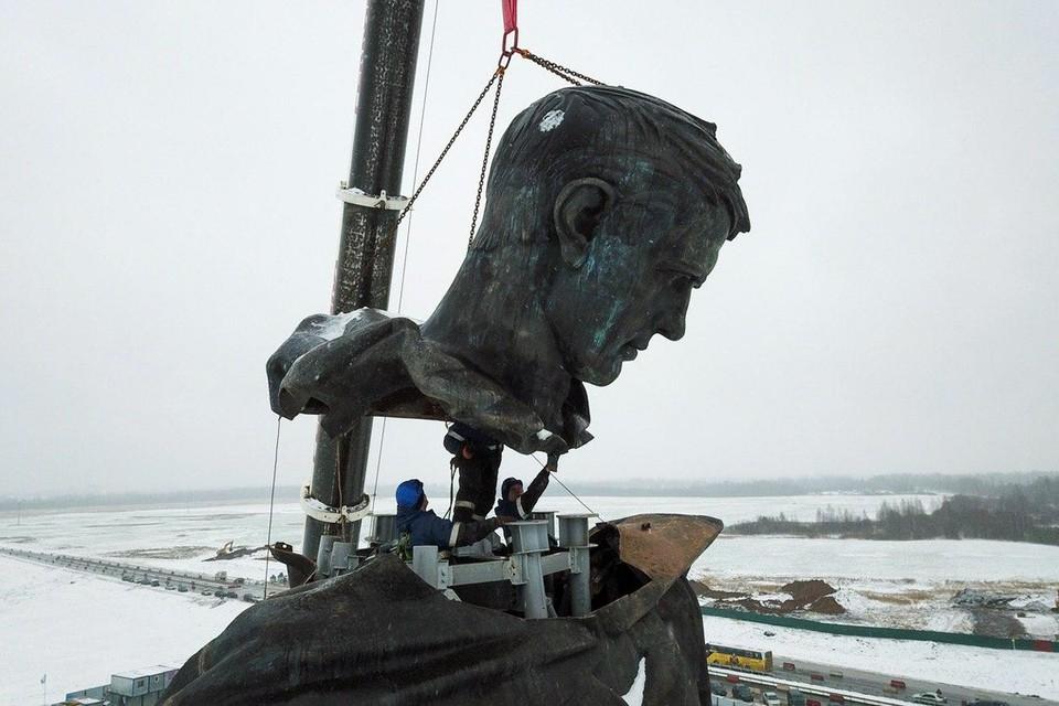Началась установка памятника Советскому солдату подо Ржевом. Строительство мемориала будет завершено к 75-летию Победы в Великой Отечественной войне, в мае 2020 года.