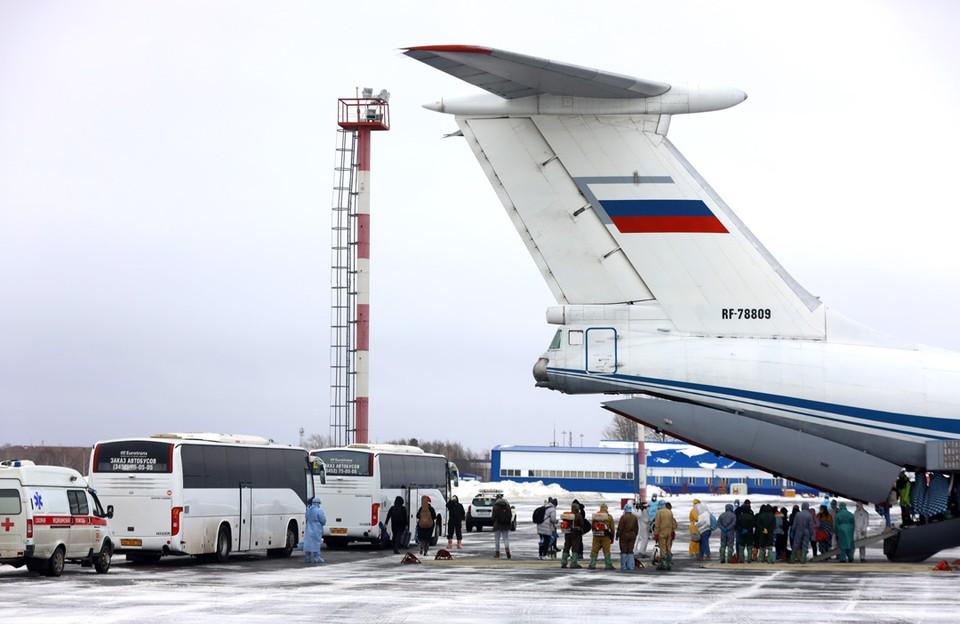 Самолет ВКС РФ ИЛ-76 с российскими гражданами на борту, прибывшими из китайского Уханя, приземлился в аэропорту Рощино. Эвакуированных разместят в реабилитационном центре  в 30 км от Тюмени. Фото: Максим Слуцкий/ТАСС