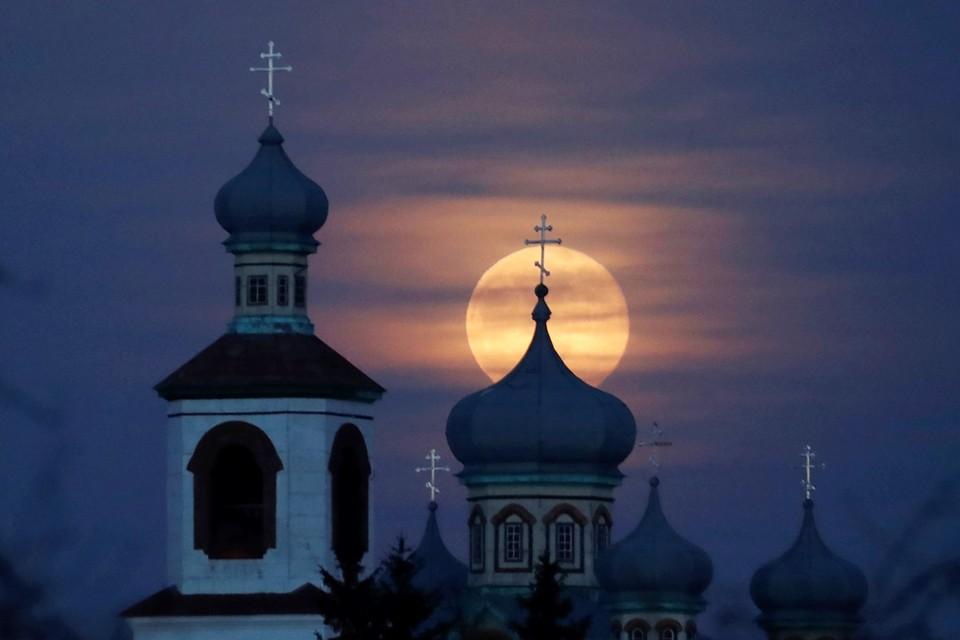 Полная Луна на фоне деревенского храма. Этот прекрасный снимок был сделан в Могилевской области