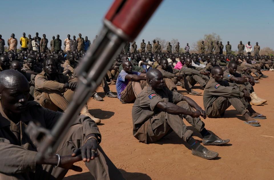 Солдаты армии Южного Судана перед началом совместных тренировок по отработке охраны вип-персон.