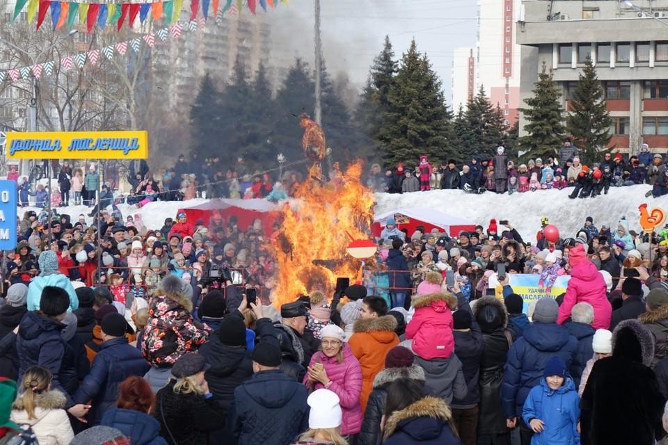 Новокузнечане отпраздновали Масленицу. Финалом традиционных праздничных гуляний стало сожжение чучело Масленицы.