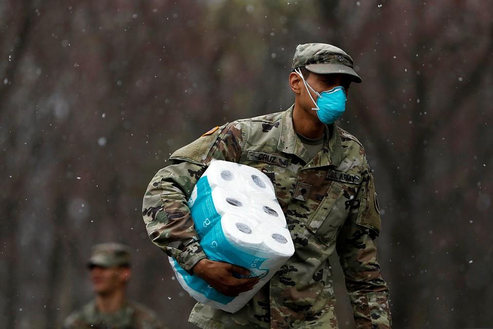 Американский морской пехотинец пополнил запас туалетной бумаги