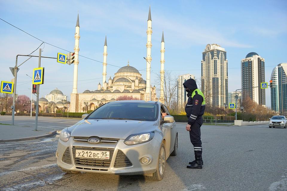 Чечня полностью закрыла въезд и выезд из-за коронавируса. Ранее был закрыт въезд в Грозный для всех, кроме горожан, государственных служащих, работников жизнеобеспечивающих организаций, поставщиков продовольствия