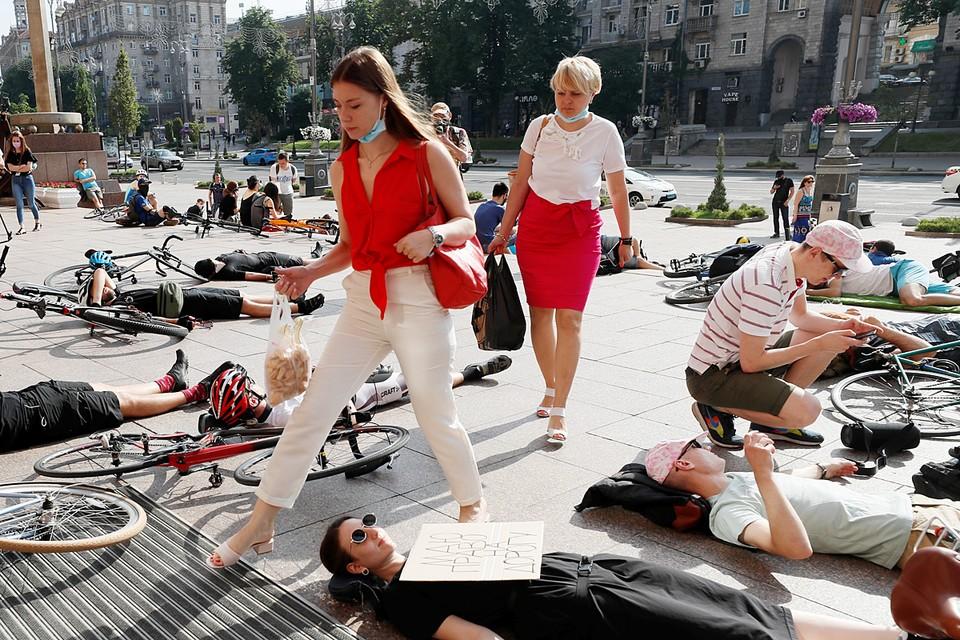 Акция протеста велосипедистов прошла у здания городской администрации в Киеве с требованием улучшения дорожной инфраструктуры