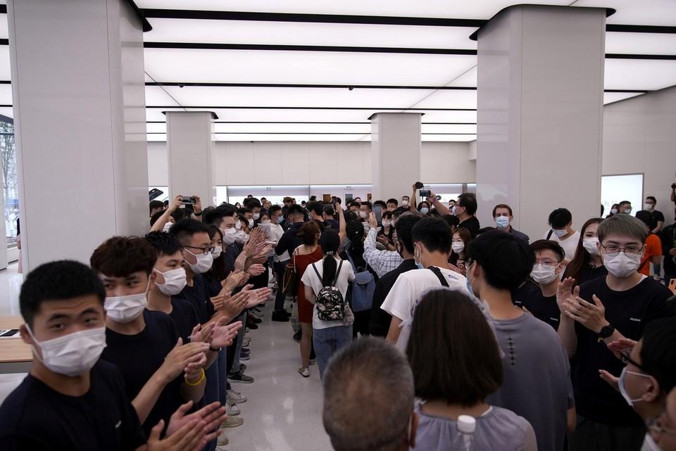 Открытие нового флагманского магазина корпорации Хуавэй в Шанхае.
