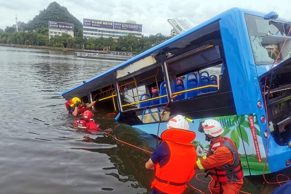 Автобус со студентами сорвался с моста в озеро в городе Аньшунь юго-западной провинции КНР Гуйчжоу, погиб 21 человек и еще 15 получили ранения