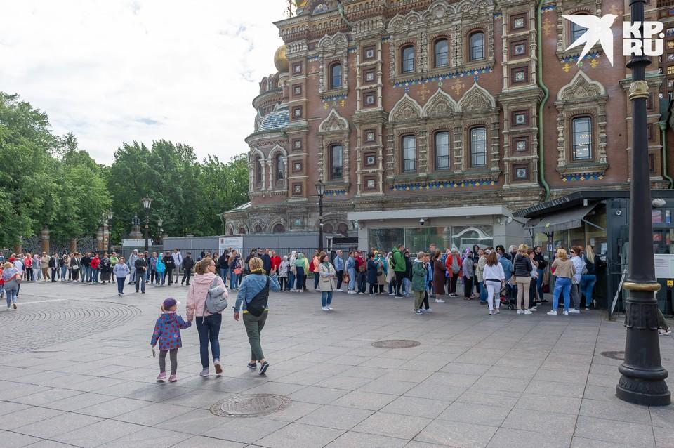 Сотни людей выстроились в длинную очередь перед входом в Спас на Крови. 23 июля собор впервые после четырехмесячного карантина распахнул двери, что вызвало ажиотаж. Впрочем, вполне ожидаемый.
