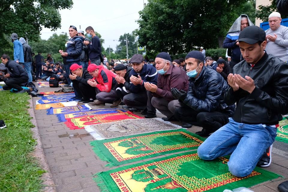 Ранним утром 31 июля мусульмане Санкт-Петербурга отметили Курбан-Байрам. К главной мечети города пришли десятки тысяч верующих, чтобы поучаствовать в праздничной молитве.
