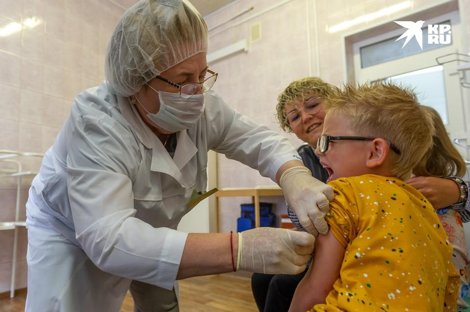 Прививочная кампания против гриппа стартовала в Петербурге 31 августа. Первыми вакцинацию начали детские поликлиники и образовательные учреждения.