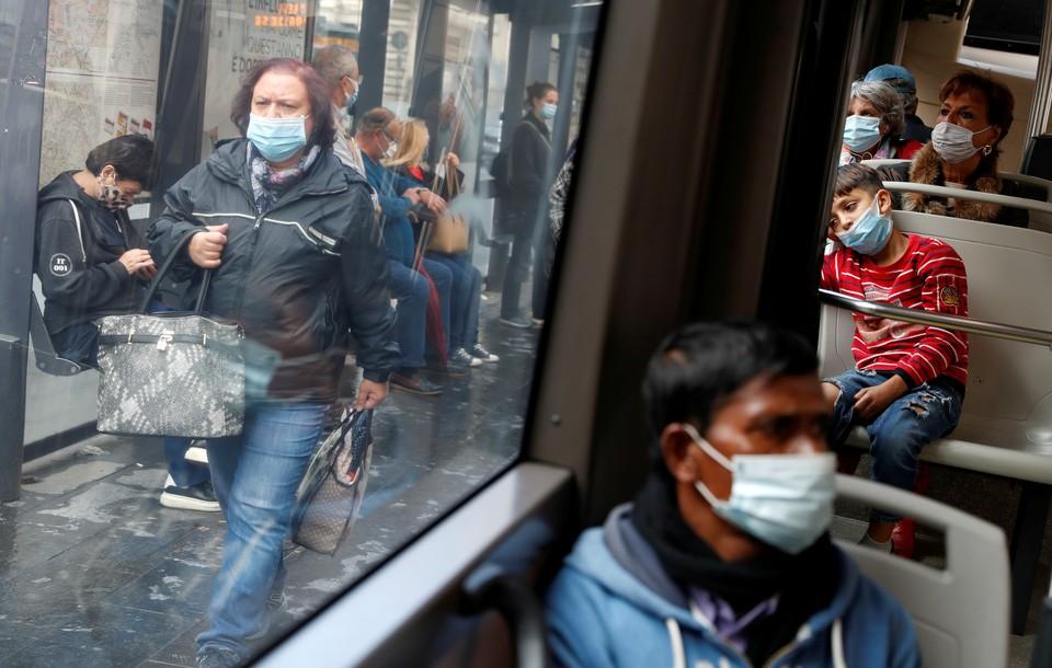 В Италии ввели обязательное ношение маски в общественном транспорте.