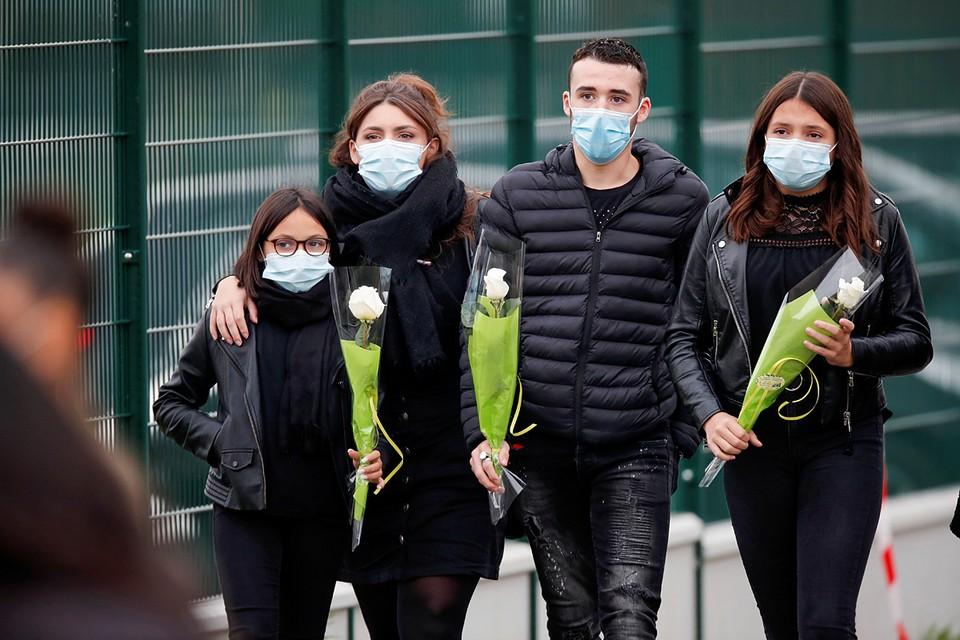Французы несут цветы к тому месту, где был обезглавлен школьный учитель исламским радикалом