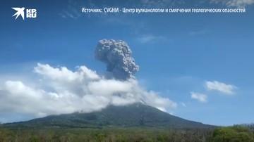 Индонезия: извергается вулкан Левотоло, извергая пепел в небо