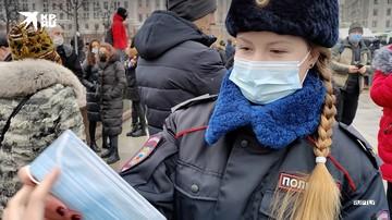 Девушка-полицейский раздает маски протестующим подросткам в Москве