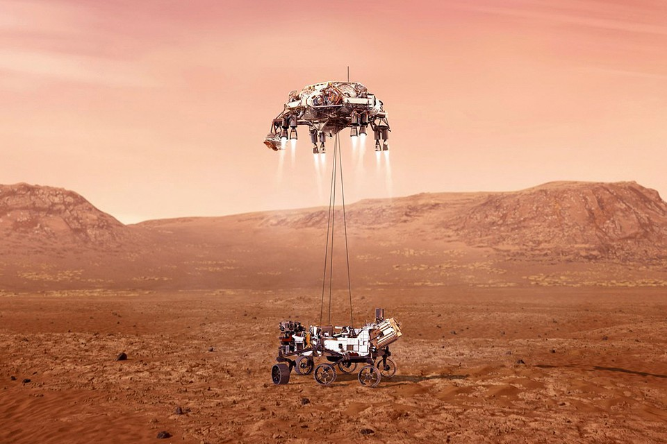 Американский аппарат Perseverance совершил успешную посадку на Марсе. Непосредственно перед этим аппарат задействовал тормозные двигатели посадочного модуля. После этого марсоход спустился на поверхность планеты на тросах