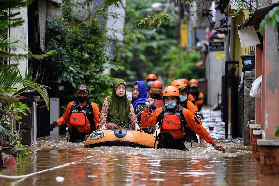 Дождь, обрушившийся на столицу Индонезии Джакарту привел к серьезным наводнениям