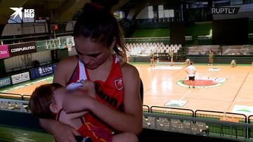 Аргентинская баскетболистка покормила грудью ребенка во время игры