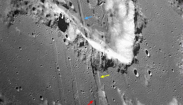 Некоторые борозды пересекают кратеры.