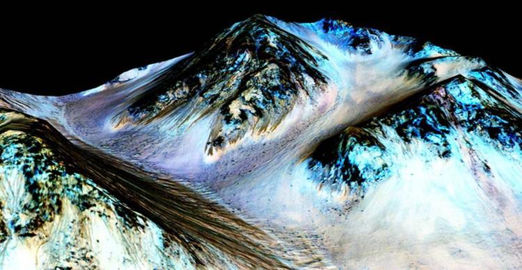 Спектральный анализ показал: вода действительно очень соленая - такая, что не замерзает на морозе.