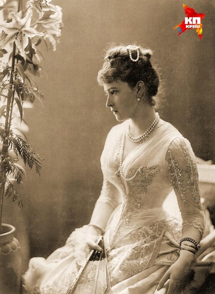 родной сестре императрицы Елизавете Федоровне сначала разрешили жить в Ново-Тихвинском женском монастыре. Но вскоре большевики отправили ее в Алапаевск, где и казнили