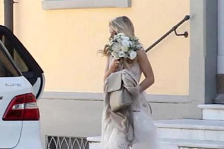 Издание опубликовало также фотографию Веры в красивом свадебном платье - певица выходит из мэрии, закрывая лицо от папарацци букетом белых цветов. Фото:  Il Tirreno Versilia