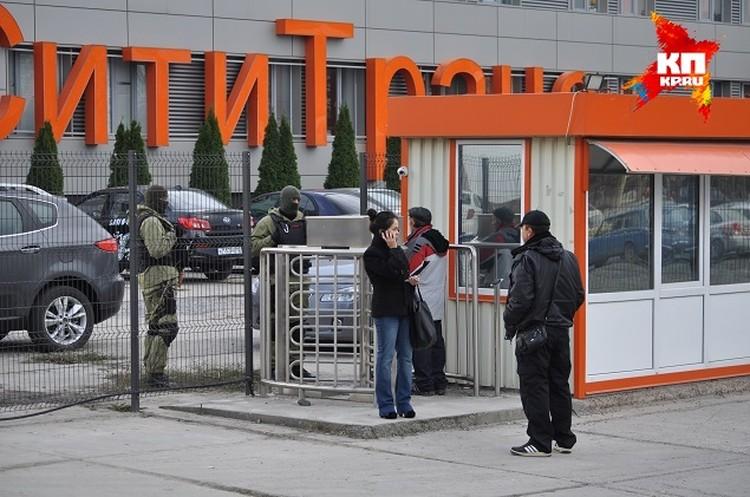 """Журналистов на территорию телеканала не пускают, зайти могут только водители маршруток """"СимСитиТранс""""."""