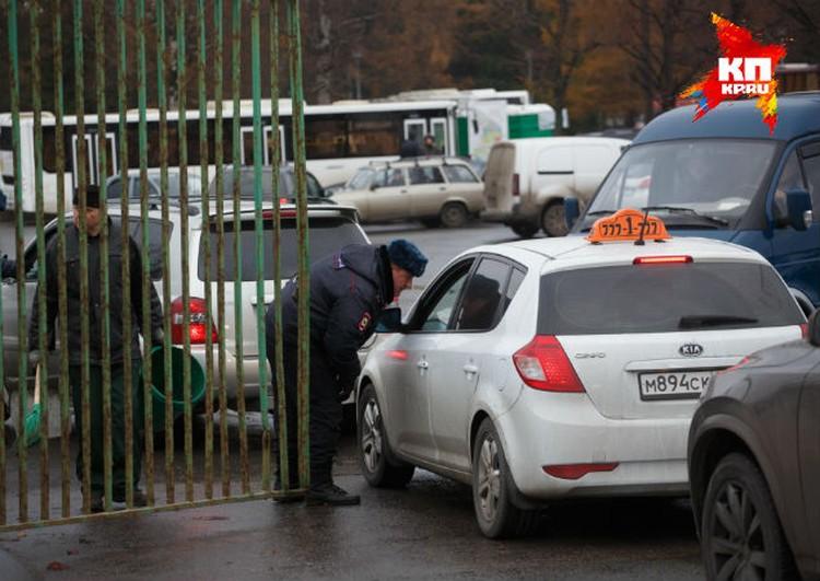 Некоторые петербуржцы приезжали на машинах, и охрана запускали их без лишних вопросов.