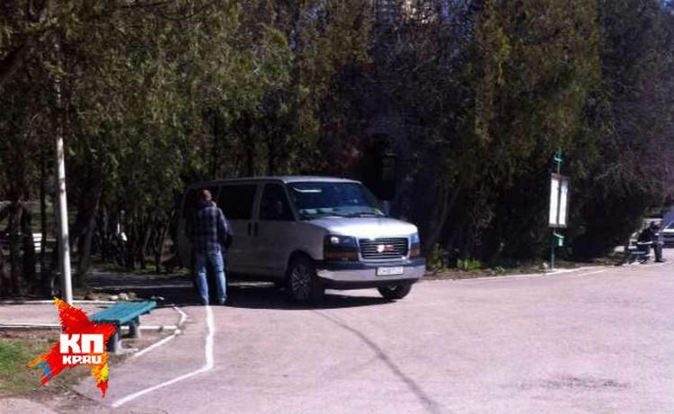 На этой машине во вторник старший брат Януковича приехал на могилу покойного.
