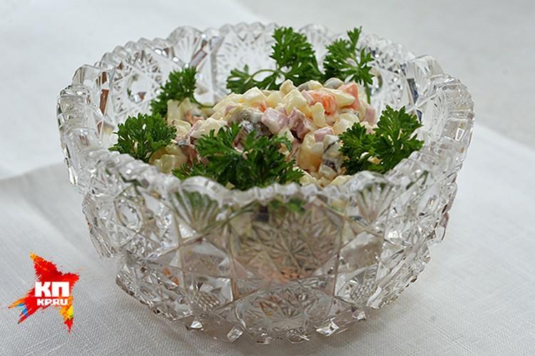 Даже самая замечательная вареная колбаска содержит массу жиров, поэтому в нашем салате мы ее заменим на диетическую грудку индейки или курицы