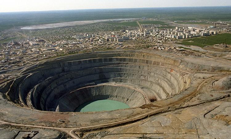 Вид на кимберлитовую трубку «Мир» в Якутии