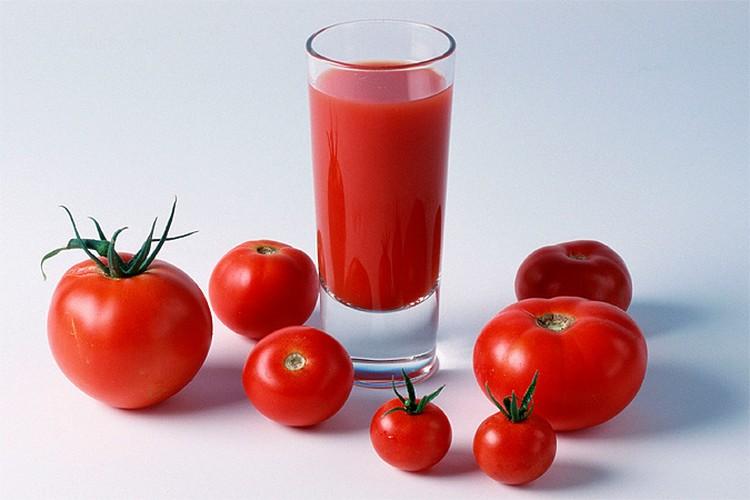 Томатный сок - хороший источник каротиноидов, полезных при профилактике простуды.