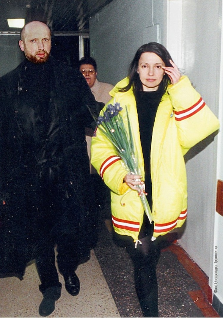 На выходе из СИЗО Юлию встречал Александр Турчинов. Фото: EAST NEWS.