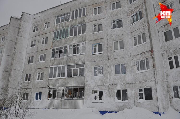 Стихия выбила окна во многих квартирах домов №14 и 16 на улице Комсомольской.