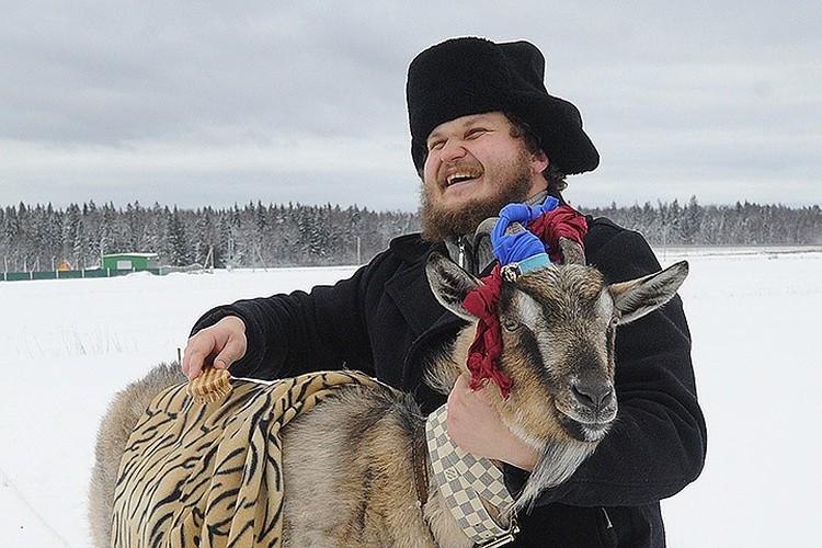 Фермер Олег Сирота и козочка Меркель.