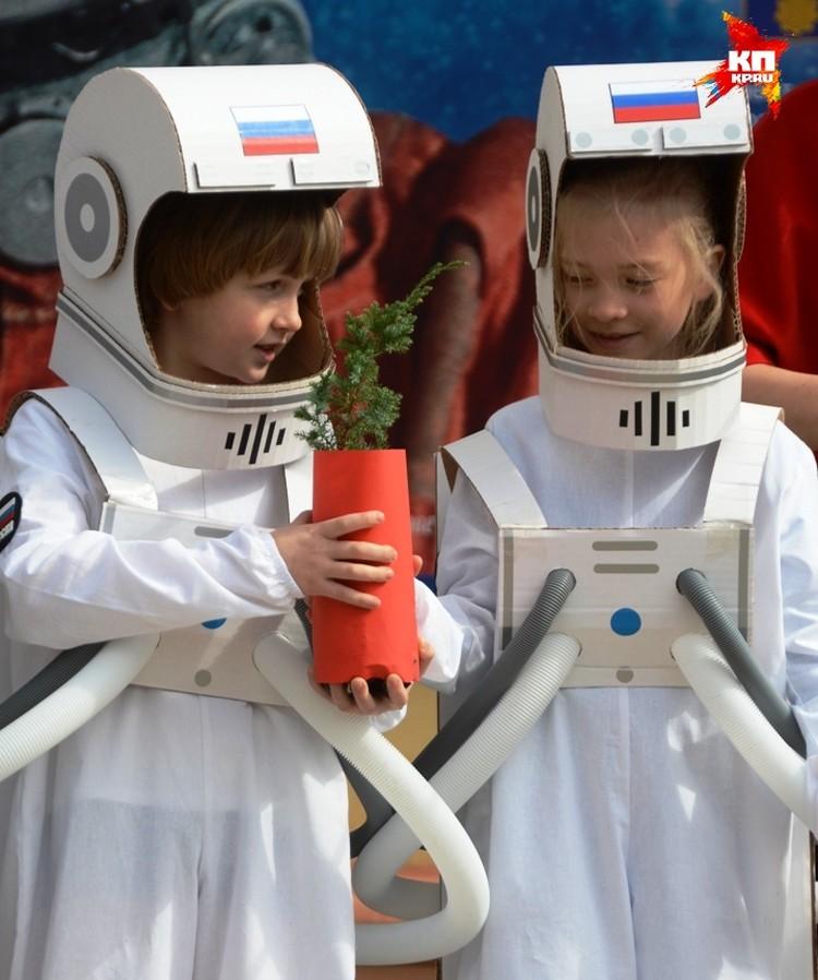 В космическом дворике посадили кедр - дерево, название которого взял себе для позывного Юрий Гагарин.