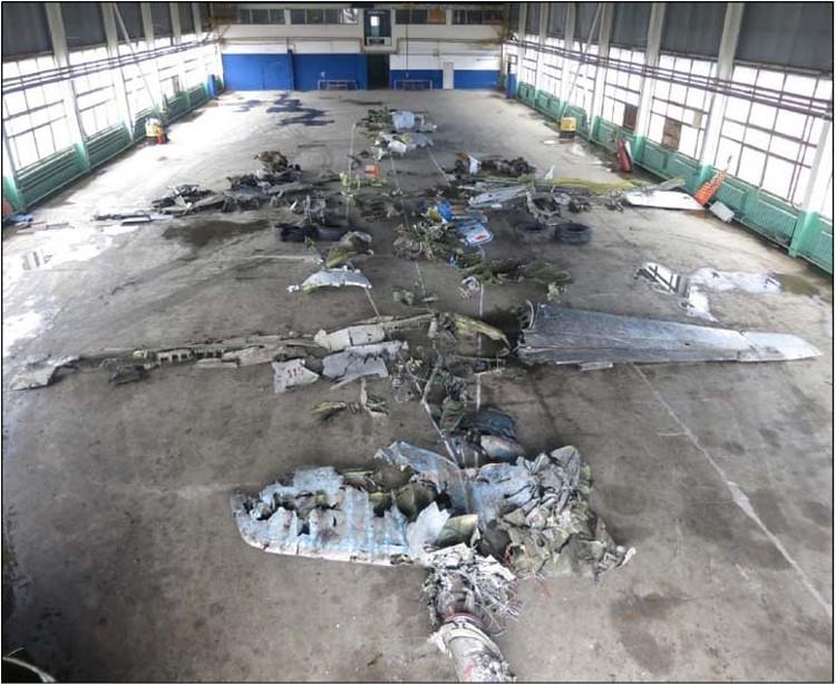 Обломки самолета разложили в ангаре Ростова-на-Дону. Фото: МАК
