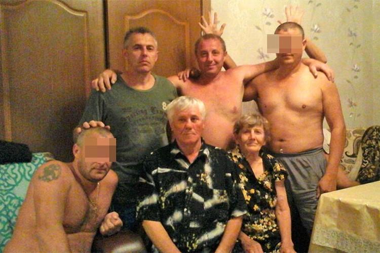 Слева наверху - Андрей Гошт, рядом - брат Евгений. Внизу сидят отец - Вильгельм Гошт и мать - Наталья Гошт.