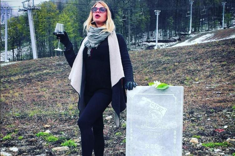 Некоторые позировали у памятника с бокалом шампанского. Фото: соцсети