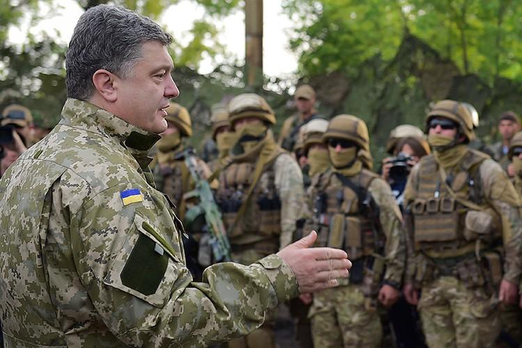 9 июля 2014 года. Президент Украины Петр Порошенко в Славянске. Фото ИТАР-ТАСС/ Николай Лазаренко