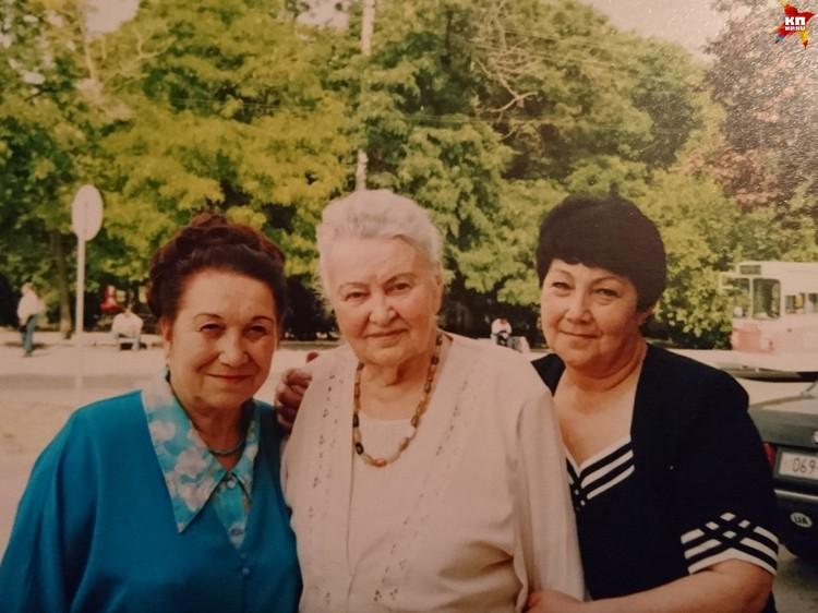 Фото: Из личного архива Светланы Жариковой. 30 мая 2002 года. Мария Байда и ее коллеги